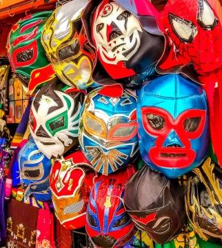les-masques-de-catch-mexicain-de-lucha-libre-a-la-vente-sur-olivera-street-dans-la-vieille-ville-historique-de-los-angeles-californie-t5afb7
