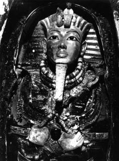 Tutankhamun's_mask,_Burton_photograph_P0744,_1922