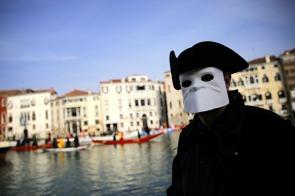 un-masque-blanc-qui-permet-de-boire-et-de-manger-tout-en-dissimulant-le-visage-un-tricorne-noir-et-une-cape-de-la-meme-couleur-voila-l-un-des-plus-ancien-costume-venitien-la-bauta-photo-afp-marco-bertorello-1486932130